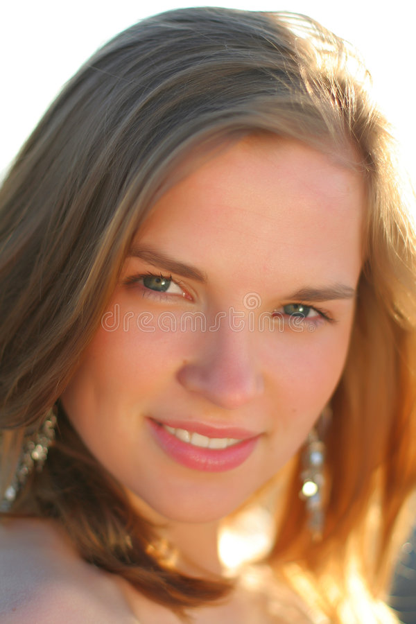 Ritratto piacevole della ragazza teenager felice immagine stock libera da diritti