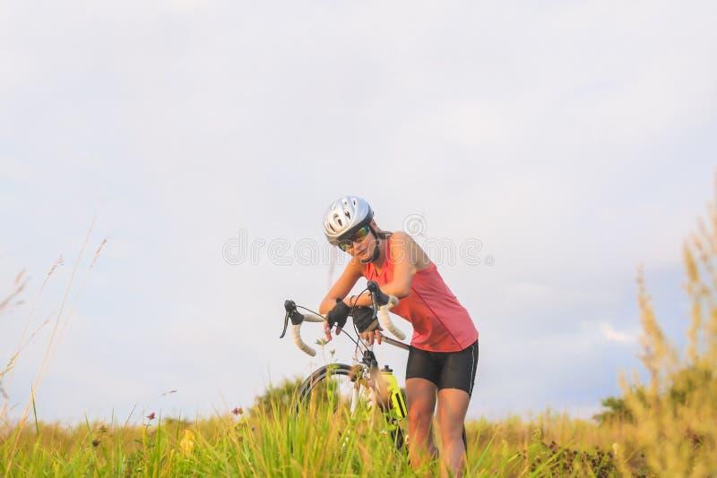 Ritratto piacevole di giovane atleta femminile di sport che riposa fuori. fotografia stock