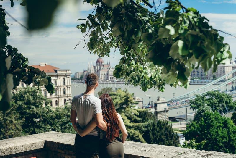 Ritratto posteriore di vista di belle coppie amorose che abbracciano mentre godendo della vista affascinante di Budapest, Ungheri fotografia stock libera da diritti