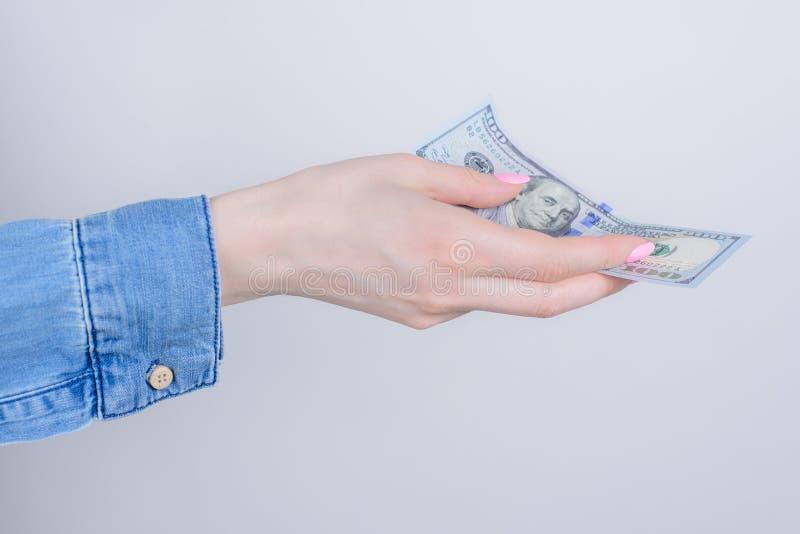 Ritratto potato della foto di profilo del lato del primo piano delle mani che tengono che mostra cento dollari isolati sopra fond immagini stock libere da diritti
