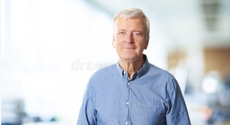 Ritratto professionale senior dell'uomo fotografie stock
