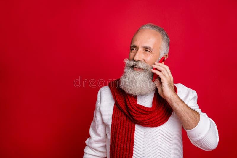Ritratto ravvicinato del suo simpatico allegro e allegro uomo dai capelli grigi che tiene in mano la cella immagine stock libera da diritti