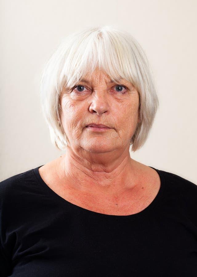 Ritratto reale della gente: Donna caucasica senior seria fotografie stock