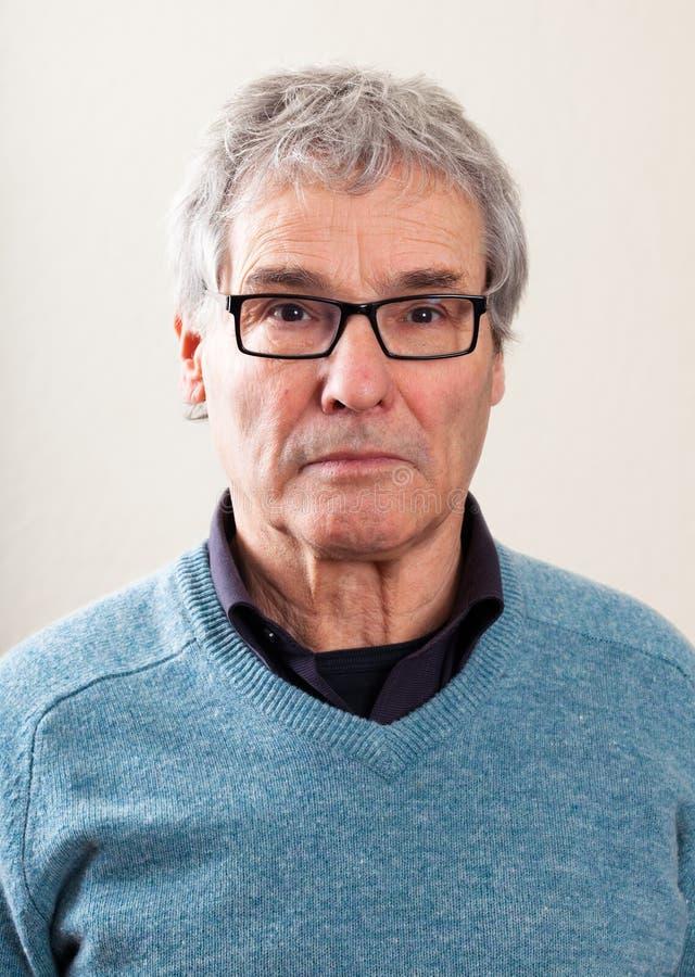 Ritratto reale della gente: Uomo caucasico senior serio fotografia stock libera da diritti