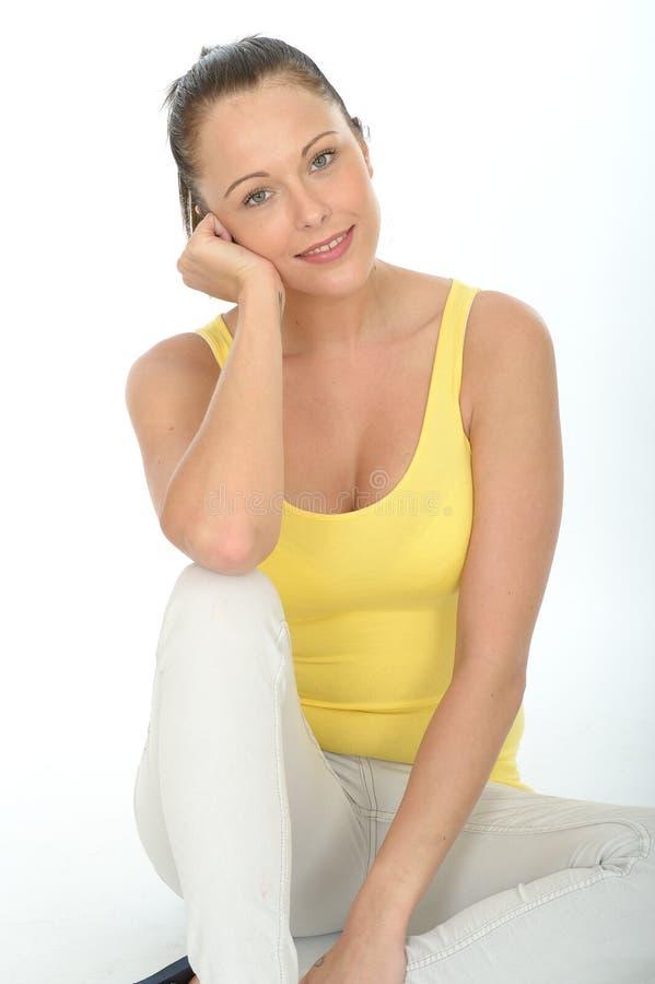 Ritratto rilassato felice di una giovane donna sicura fotografie stock