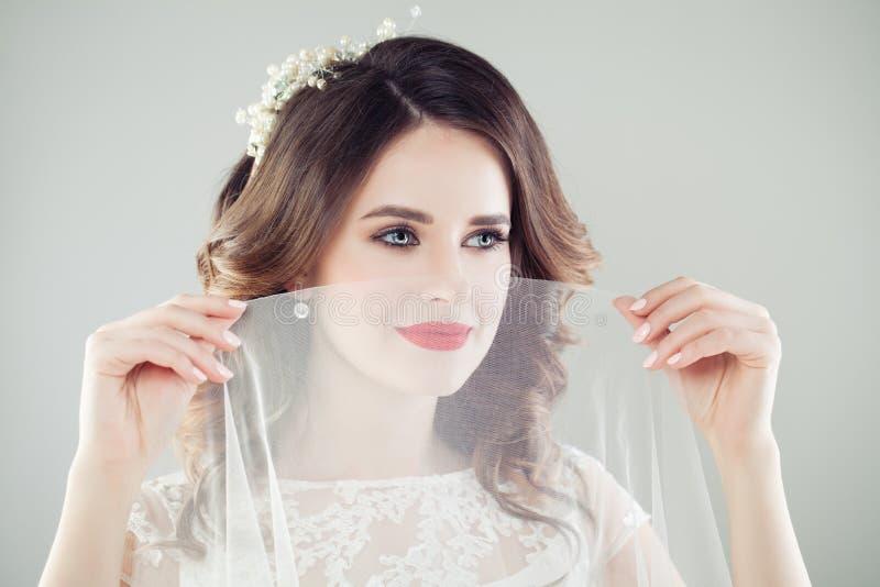 Ritratto romantico di bella sposa con trucco, hairsty nuziale fotografie stock libere da diritti