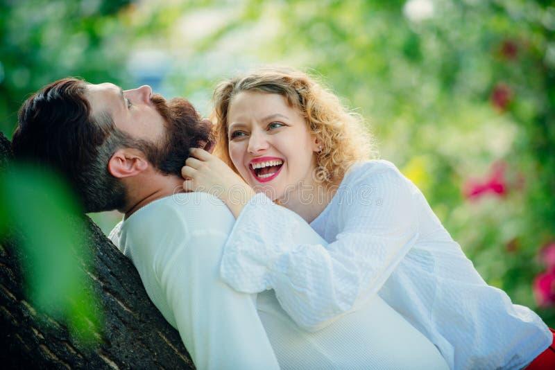 Ritratto romantico di una coppia sensuale nell'amore La gente nell'amore Intimità e tenerezza nell'amore Relazione sensuale immagini stock libere da diritti