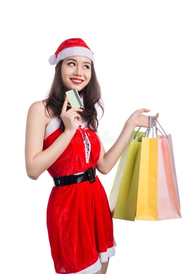 Ritratto sacchetti della spesa sorridenti di giovani di una tenuta della donna prima della c fotografie stock libere da diritti