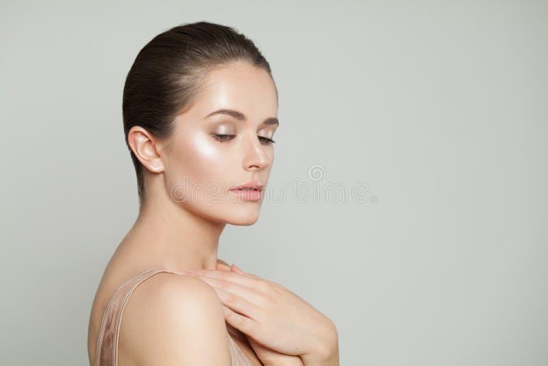 Ritratto sano della donna Modello grazioso con chiara pelle Skincare e concetto facciale di trattamento fotografia stock libera da diritti