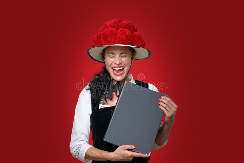 Ritratto schietto di risata della cameriera di bar della foresta nera fotografia stock libera da diritti