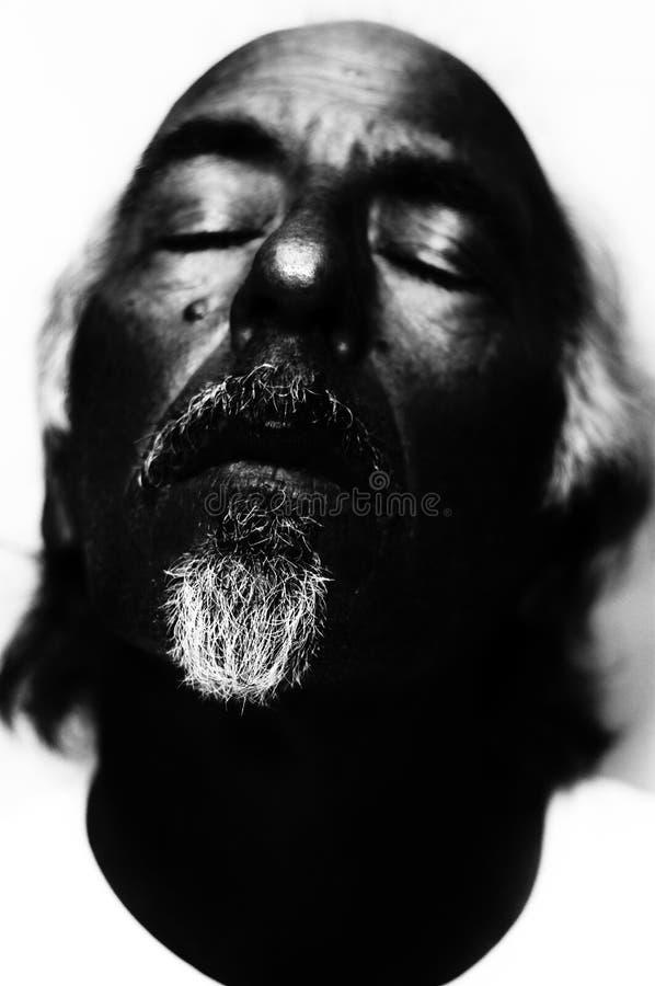 Ritratto scuro dell'uomo che sembra morto immagine stock