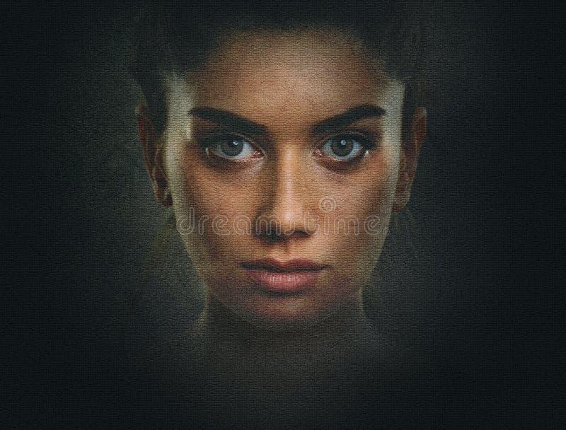 Ritratto scuro della giovane donna con il bello fronte e ey artistici fotografia stock