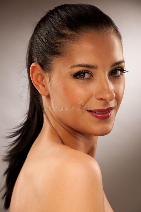 Ritratto scuro di bellezza di bella giovane donna in camicia rossa immagini stock libere da diritti
