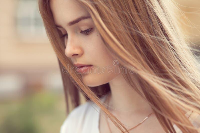 Ritratto sensuale di bella ragazza fotografie stock libere da diritti