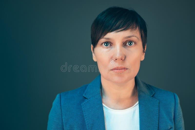 Ritratto serio sicuro della donna di affari con lo spazio della copia immagini stock