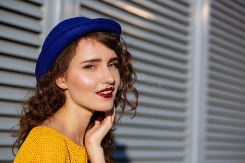 Ritratto soleggiato della ragazza attraente con il wearin burghundy del rossetto immagine stock libera da diritti