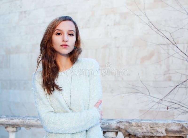 Ritratto soleggiato di inverno di bella ragazza in un rivestimento fotografie stock libere da diritti