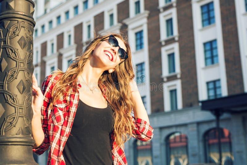 Ritratto soleggiato di modo di stile di vita di estate di giovane donna alla moda che cammina sulla via, attrezzatura d'avanguard fotografia stock
