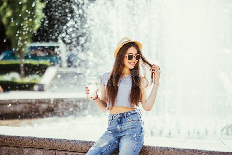 Ritratto soleggiato di modo di stile di vita di estate di giovane donna alla moda che cammina sulla via, attrezzatura d'avanguard fotografie stock