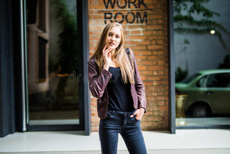 Ritratto soleggiato di modo di stile di vita di estate di giovane donna alla moda che cammina sulla via, attrezzatura d'avanguard immagine stock libera da diritti