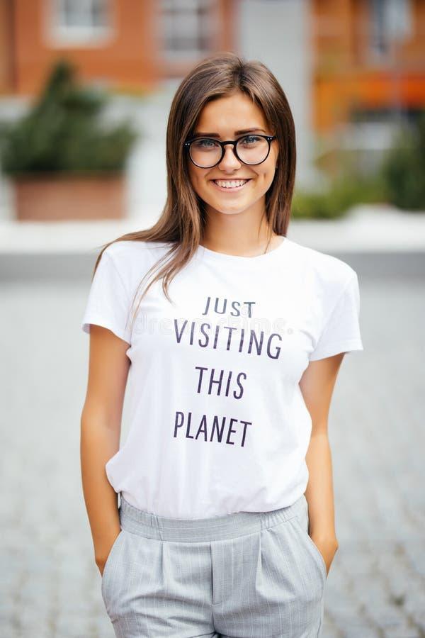 Ritratto soleggiato di modo di stile di vita di estate di giovane donna alla moda dei pantaloni a vita bassa che cammina sulla vi immagine stock libera da diritti