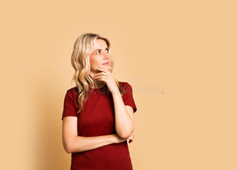 Ritratto sorridente attraente adulto della donna bionda bello, ragazza caucasica in t-breve su fondo rosa immagine stock libera da diritti