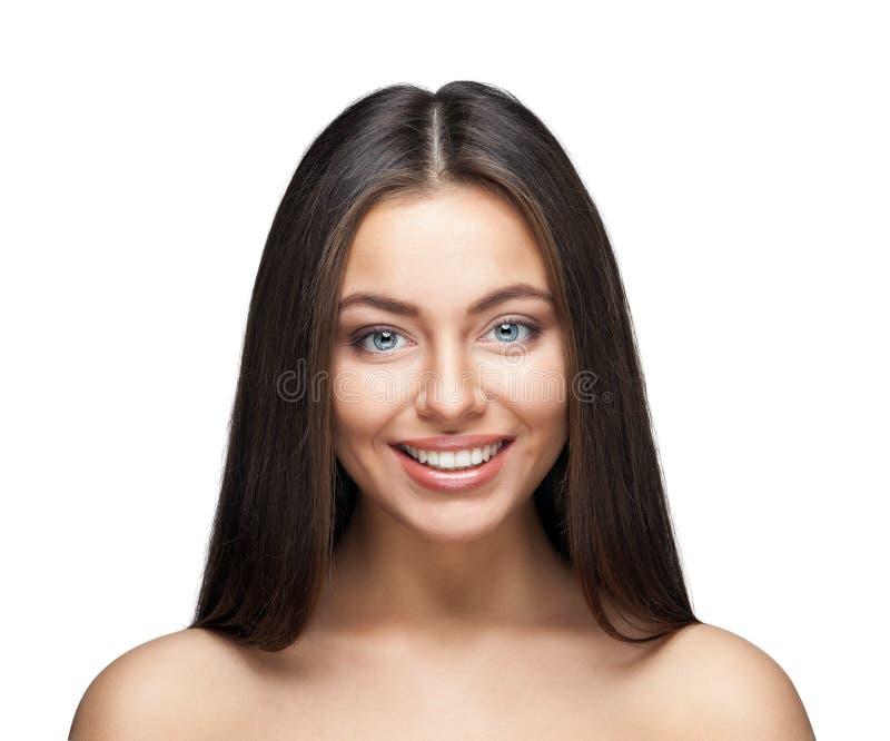 Ritratto sorridente attraente della donna su fondo bianco fotografia stock libera da diritti