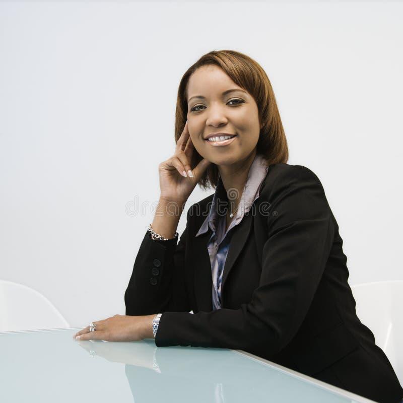 Ritratto sorridente della donna di affari fotografia stock libera da diritti