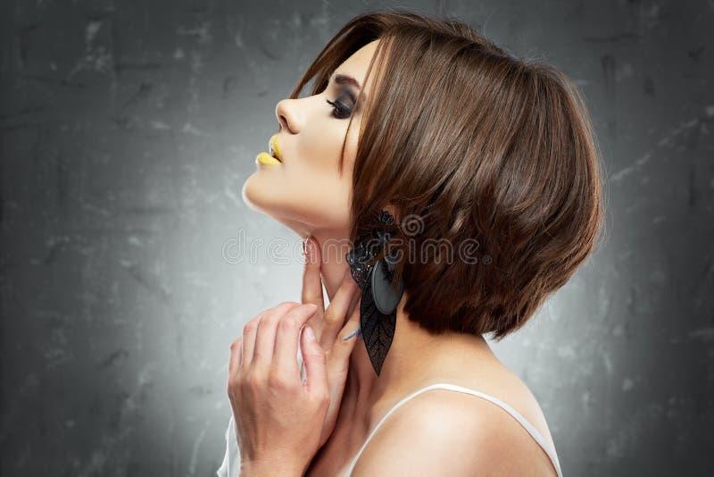 Ritratto sorridente della donna di stile di capelli fotografia stock