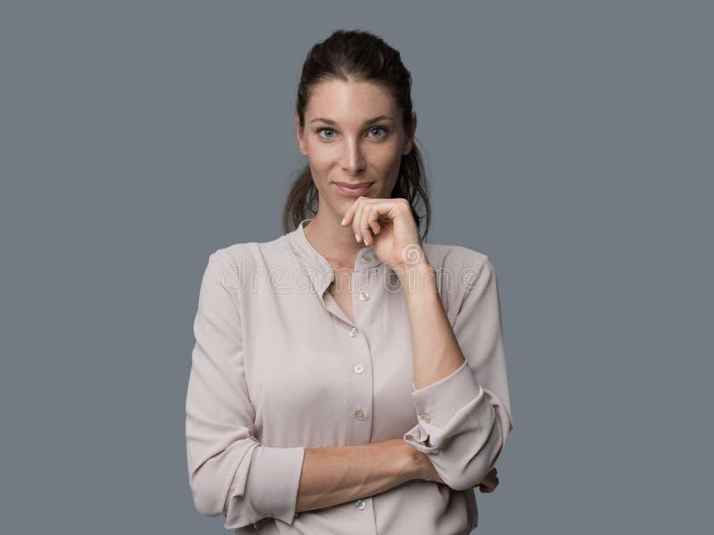 Ritratto sorridente della giovane donna fotografie stock libere da diritti