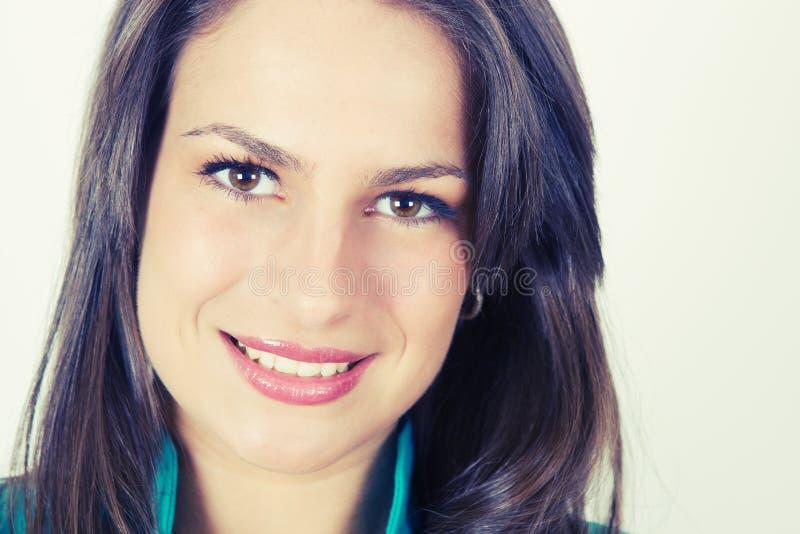 Ritratto sorridente della giovane donna fotografia stock libera da diritti