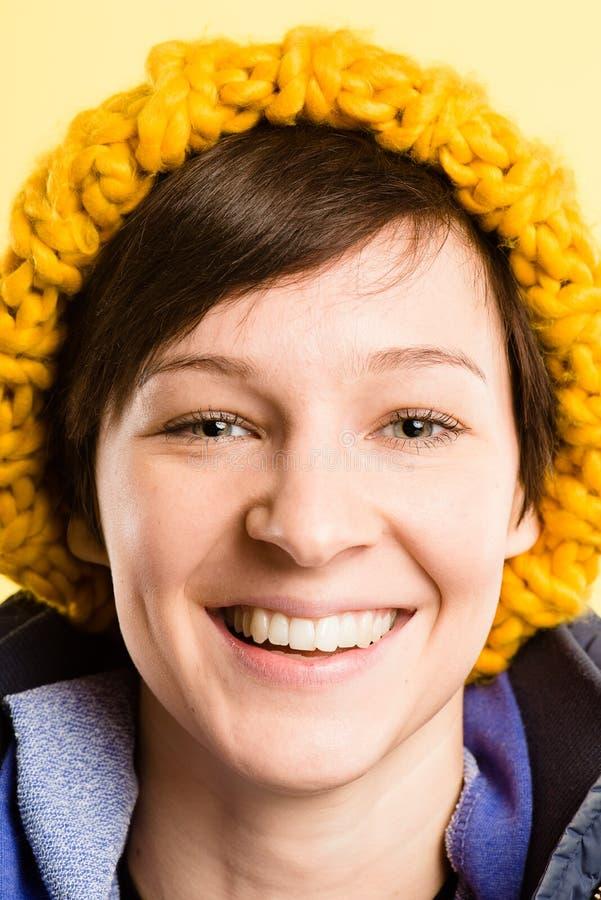 Alto backgrou di giallo di definizione della donna della gente reale felice del ritratto fotografia stock