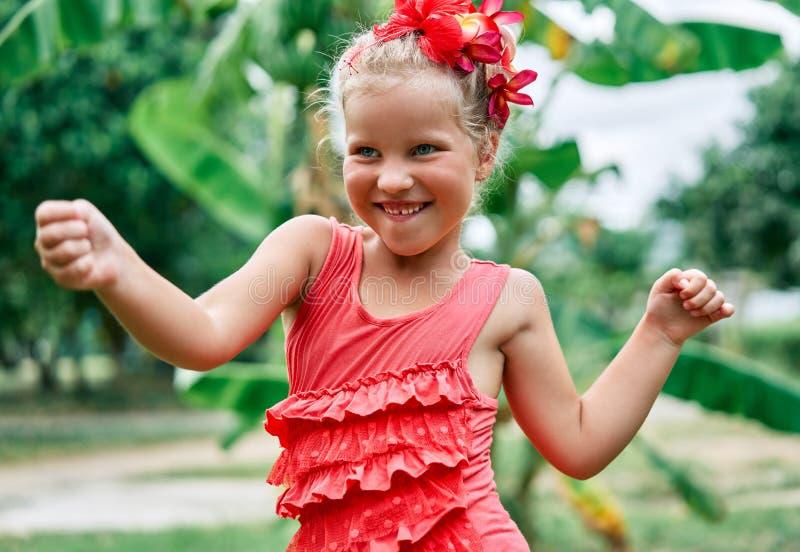 Ritratto sorridente felice della bambina che balla il giorno di estate nella via immagine stock