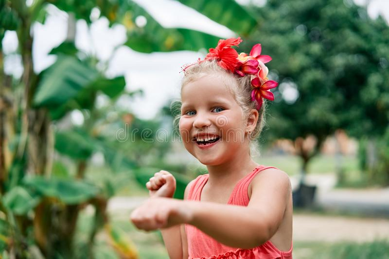 Ritratto sorridente felice della bambina che balla il giorno di estate nella via fotografia stock