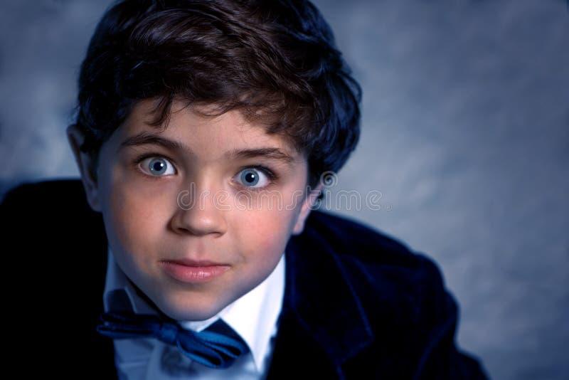 Ritratto superiore di osservazione di giovane ragazzo sveglio con gli occhi espressivi immagini stock
