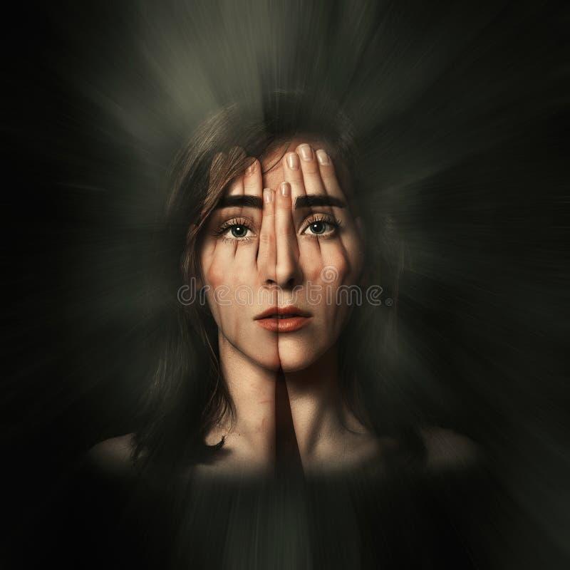 Ritratto surreale di una ragazza che copre il suoi fronte ed occhi di sue mani Doppia esposizione fotografia stock