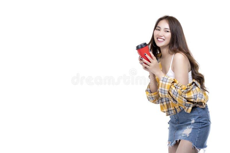 Ritratto tazza di caffè asiatica felice della tenuta della ragazza di bellezza di giovane con lo spazio della copia fotografie stock