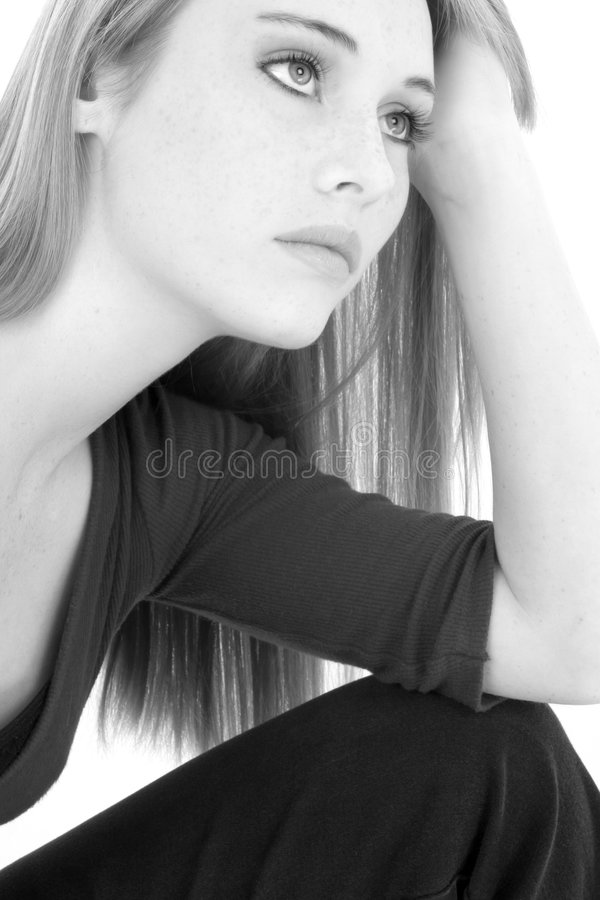 Ritratto teenager casuale della ragazza in in bianco e nero fotografia stock libera da diritti