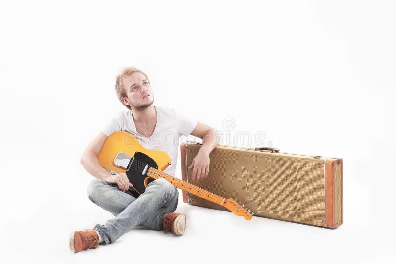 Ritratto Tirante con una chitarra acustica Isolato su bianco fotografie stock libere da diritti