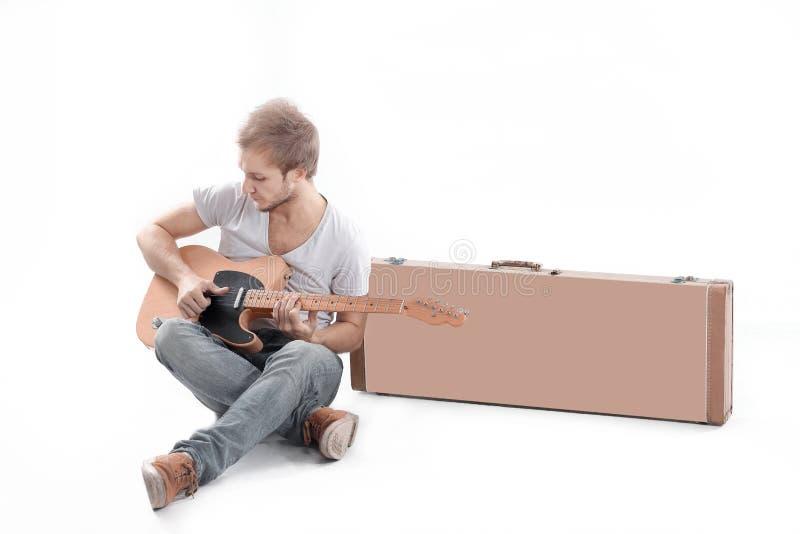 Ritratto Tirante con una chitarra acustica Isolato su bianco immagini stock