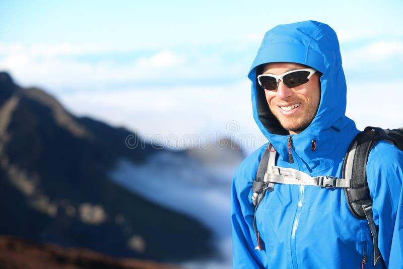 Ritratto trekking dell'uomo della viandante fotografia stock libera da diritti