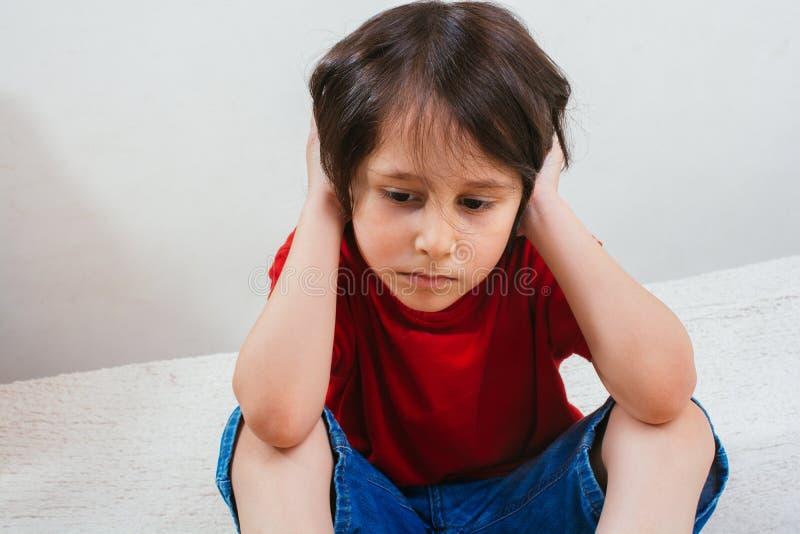Ritratto triste del bambino con le emozioni sul fronte fotografie stock libere da diritti