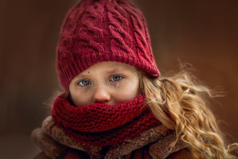 Ritratto triste della bambina con l'accento sugli occhi con lo strappo immagini stock libere da diritti