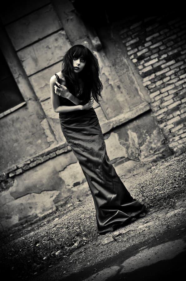 Ritratto triste della ragazza depressiva sconosciuta del goth fra le rovine. Scuro fotografie stock