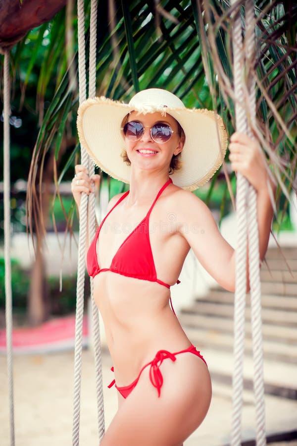 Ritratto tropicale di stile della palma di vacanze estive all'aperto di giovane smil fotografie stock