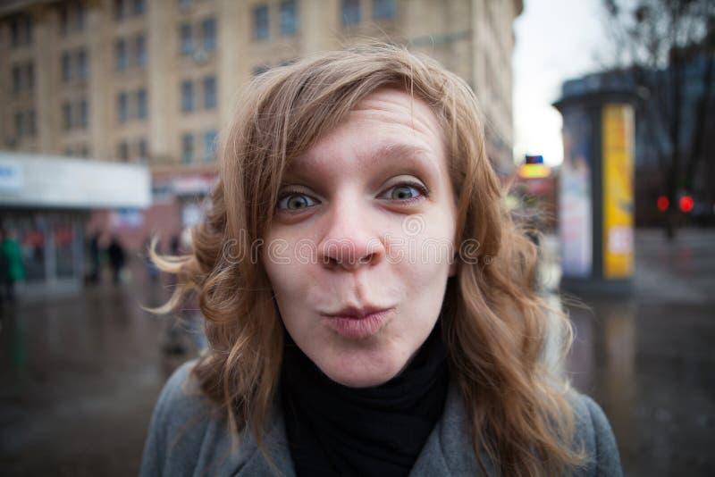 Ritratto umoristico di giovane donna bionda fotografia stock