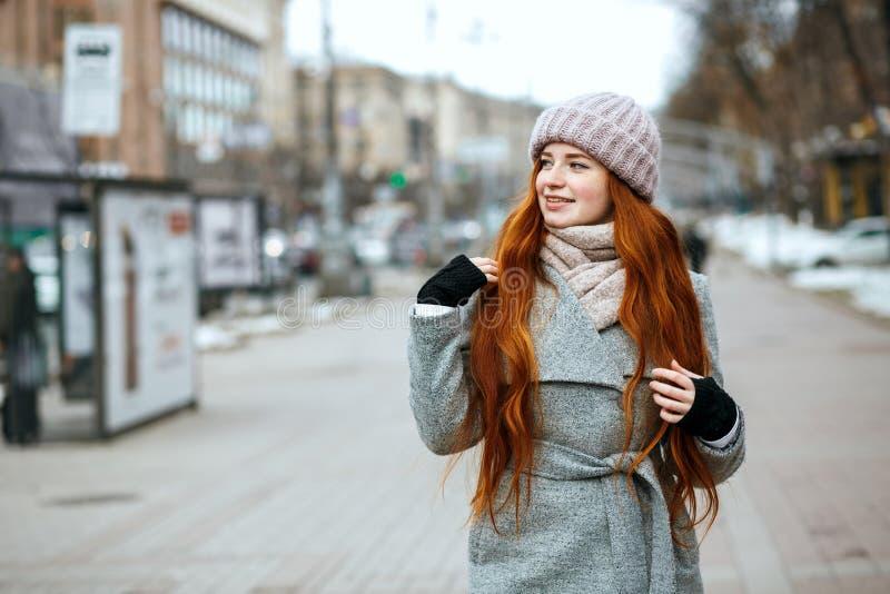 Ritratto urbano della ragazza splendida della testarossa con capelli lunghi che indossano w immagini stock