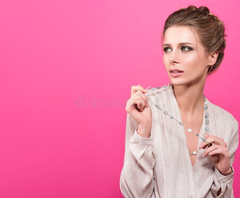 Ritratto variopinto dello studio di giovane bella donna che guarda in direzione dello spazio libero fotografia stock