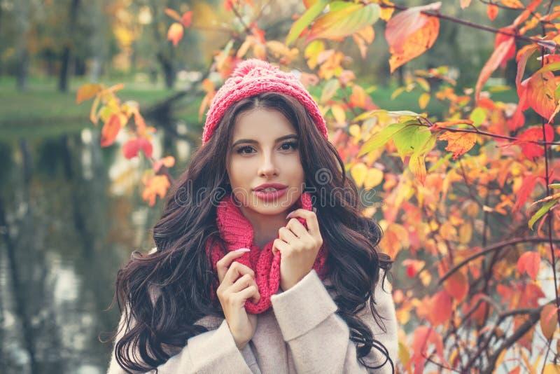 Ritratto variopinto di autunno di bella donna in cappello rosa fotografia stock