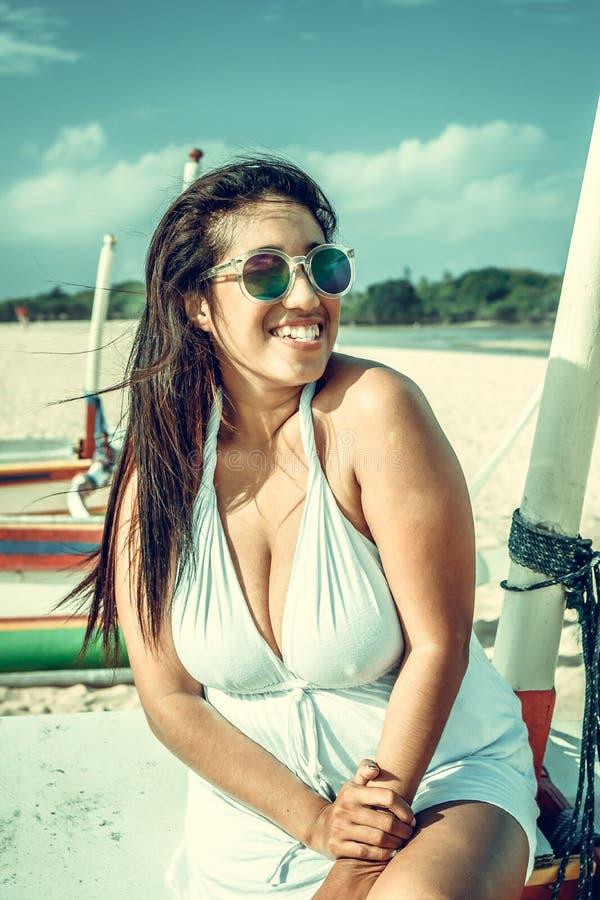 Ritratto variopinto di giovane donna asiatica attraente in vestito bianco sexy sulla spiaggia tropicale dell'isola di Bali, Indon fotografia stock libera da diritti